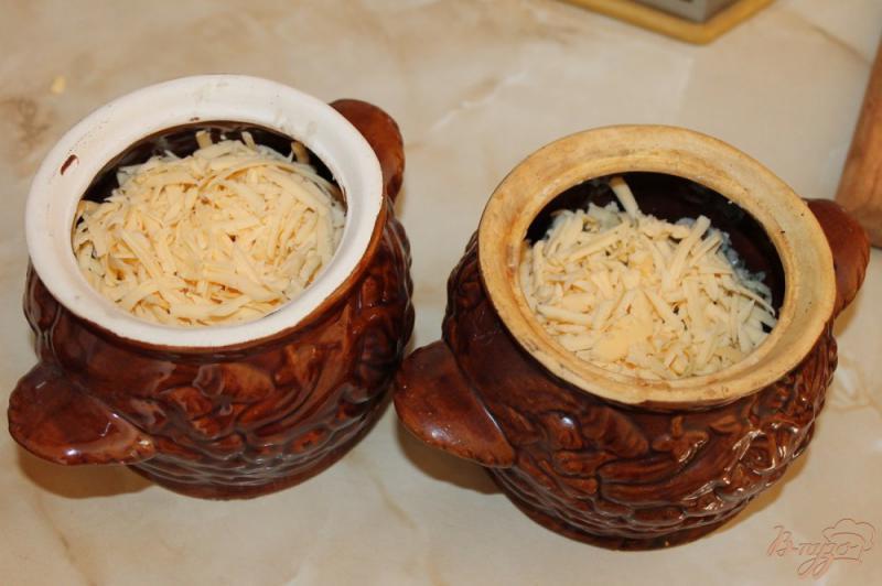 Фото приготовление рецепта: Грибной жульен с курицей запеченный в горшочке шаг №8