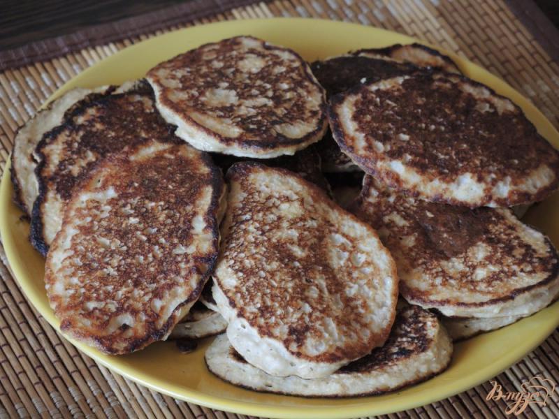 Фото приготовление рецепта: Оладьи из овсянки, банана и кефира шаг №7