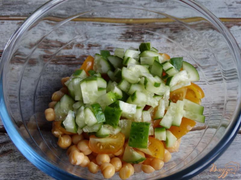 Фото приготовление рецепта: Садовый салат с нутом и авокадо шаг №3