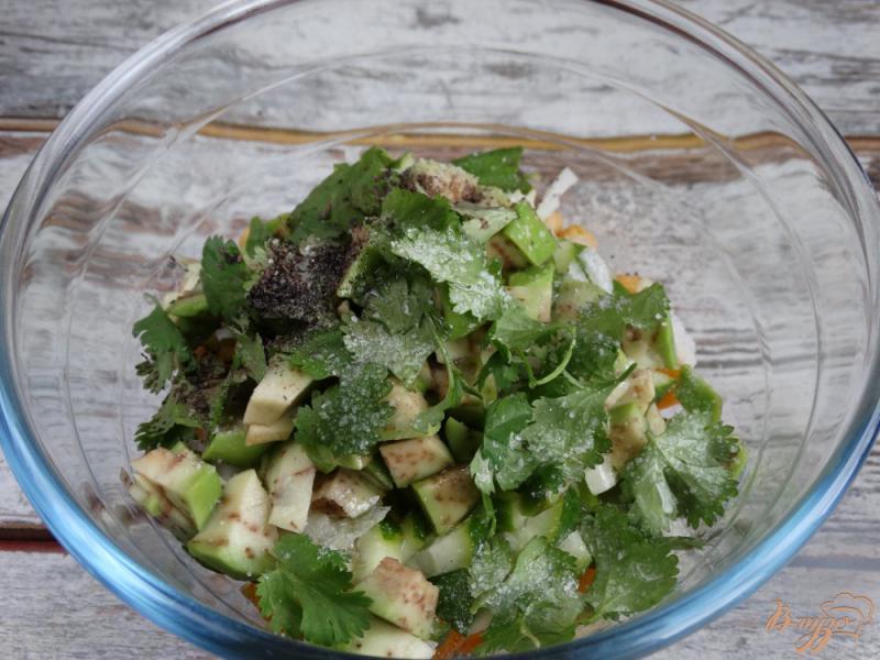 Фото приготовление рецепта: Садовый салат с нутом и авокадо шаг №6