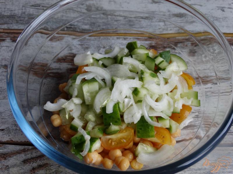 Фото приготовление рецепта: Садовый салат с нутом и авокадо шаг №4