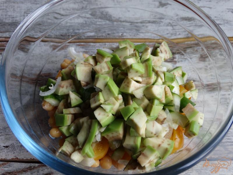 Фото приготовление рецепта: Садовый салат с нутом и авокадо шаг №5