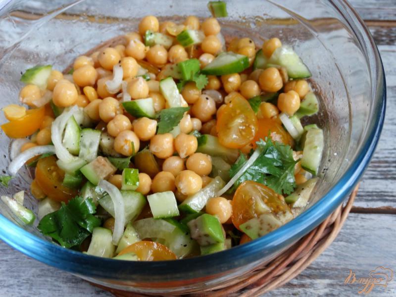 Фото приготовление рецепта: Садовый салат с нутом и авокадо шаг №7