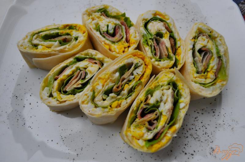 Фото приготовление рецепта: Лаваш с беконом, сыром и салатом шаг №6