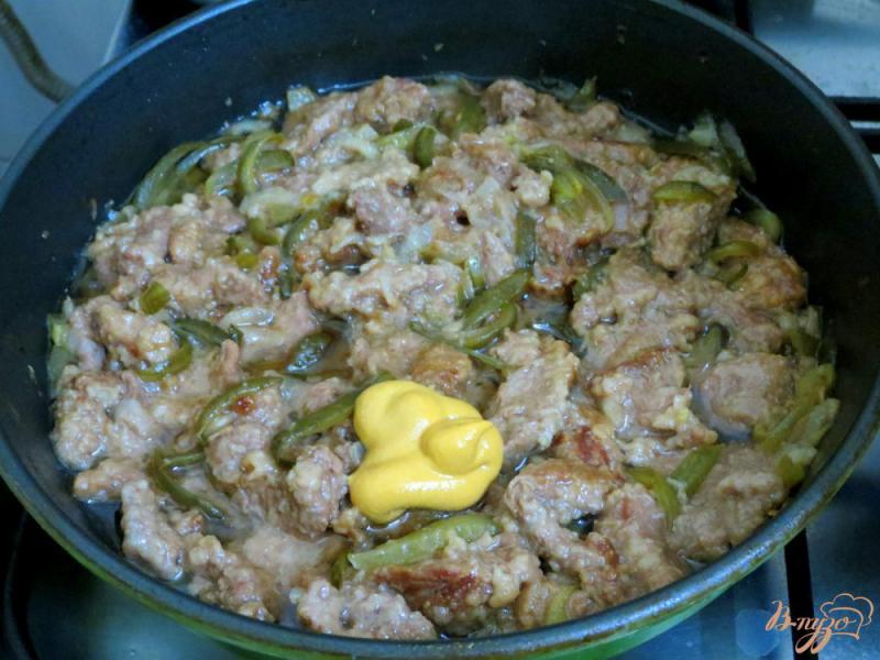 Фото приготовление рецепта: Бефстроганов из говядины с солёными огурцами шаг №7