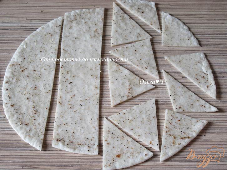 Фото приготовление рецепта: Чипсы из тортильи с адыгейской солью шаг №3