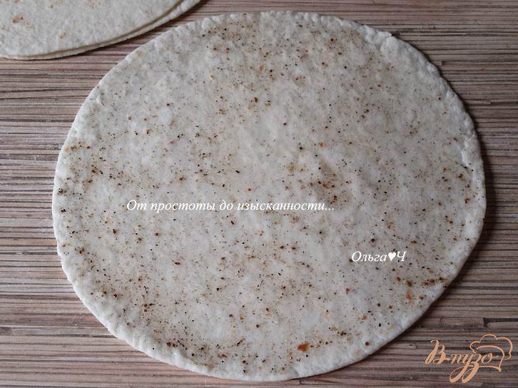 Фото приготовление рецепта: Чипсы из тортильи с адыгейской солью шаг №2