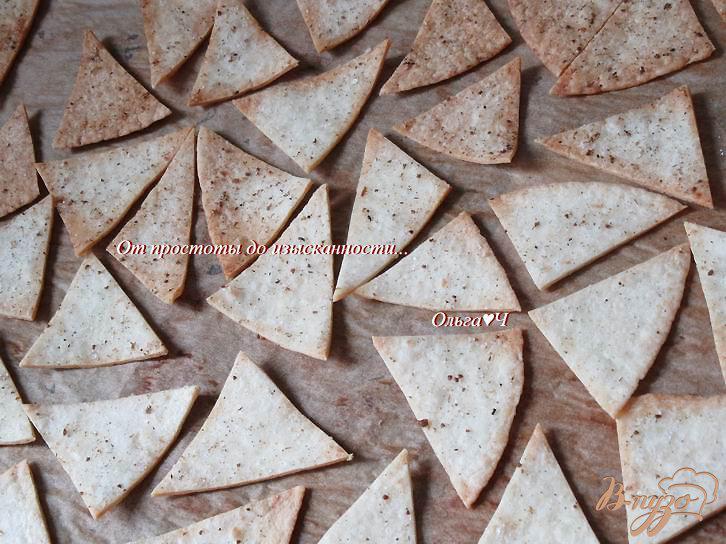 Фото приготовление рецепта: Чипсы из тортильи с адыгейской солью шаг №4