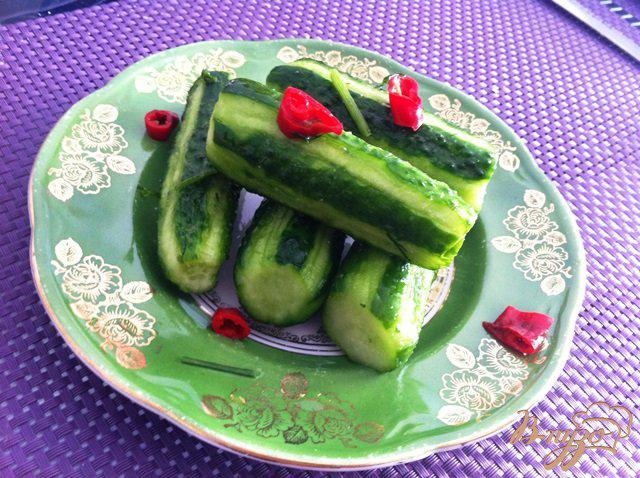 Фото приготовление рецепта: Малосольные огурчики с чили и чесноком шаг №5