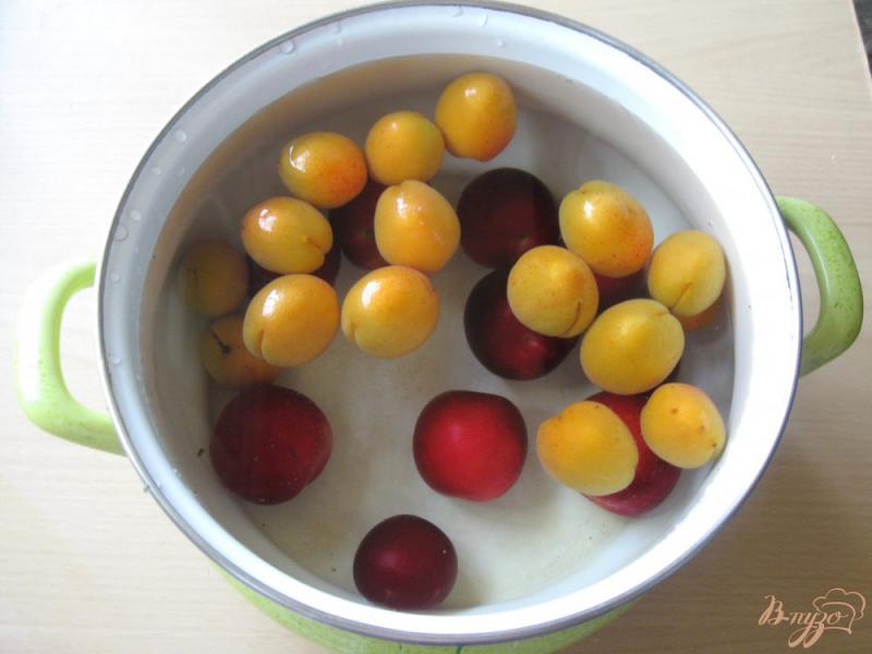 Фото приготовление рецепта: Компот из слив и абрикос шаг №3