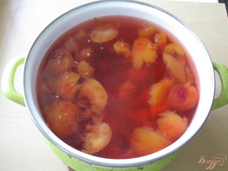 Фото приготовление рецепта: Компот из слив и абрикос шаг №4
