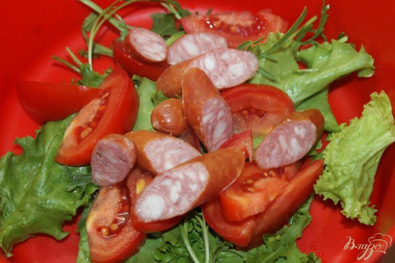 Фото приготовление рецепта: Салат из охотничьих колбасок с овощами и рукколой шаг №3