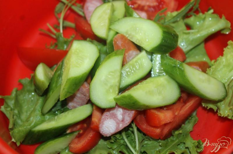 Фото приготовление рецепта: Салат из охотничьих колбасок с овощами и рукколой шаг №4