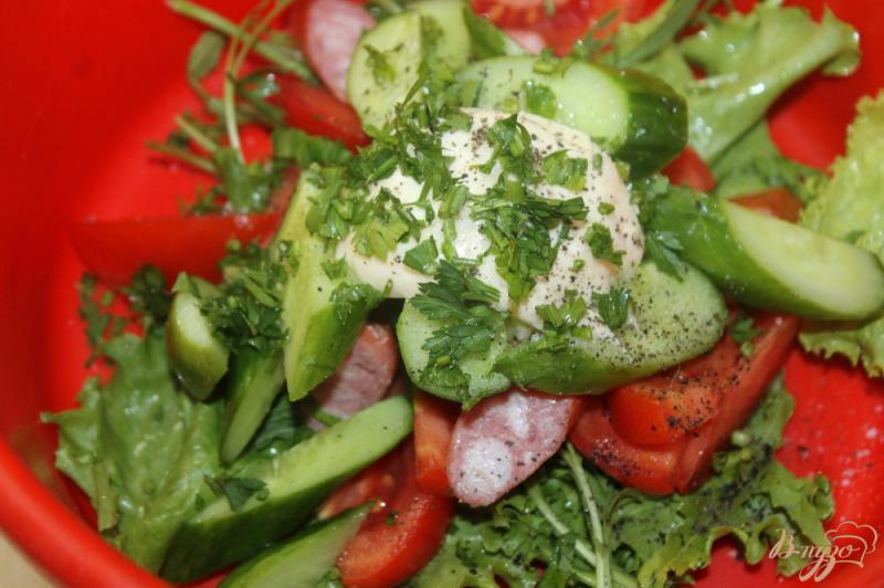 Фото приготовление рецепта: Салат из охотничьих колбасок с овощами и рукколой шаг №5