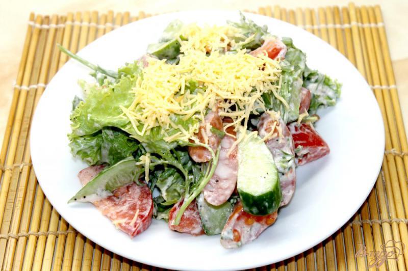 Фото приготовление рецепта: Салат из охотничьих колбасок с овощами и рукколой шаг №6