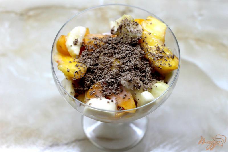 Фото приготовление рецепта: Фруктовый летний салат с шоколадом и йогуртом шаг №5