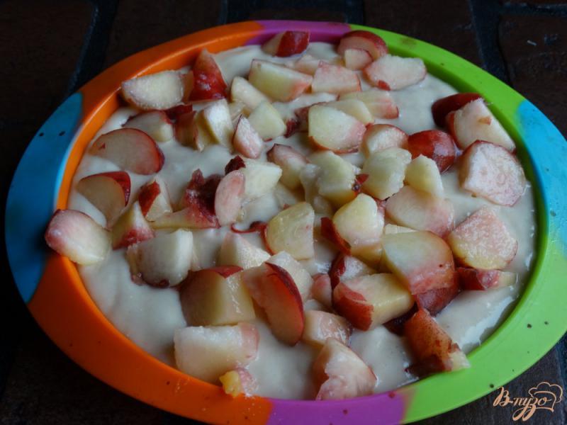 Фото приготовление рецепта: Пирог с персиками на кефире без яиц шаг №6