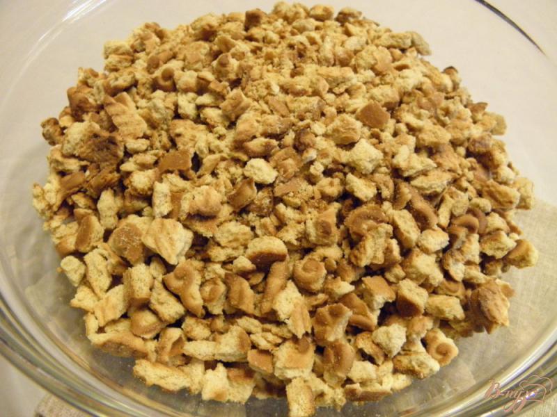 Фото приготовление рецепта: Колбаска сладкая из печенья с орехами шаг №3