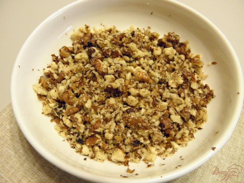 Фото приготовление рецепта: Колбаска сладкая из печенья с орехами шаг №4