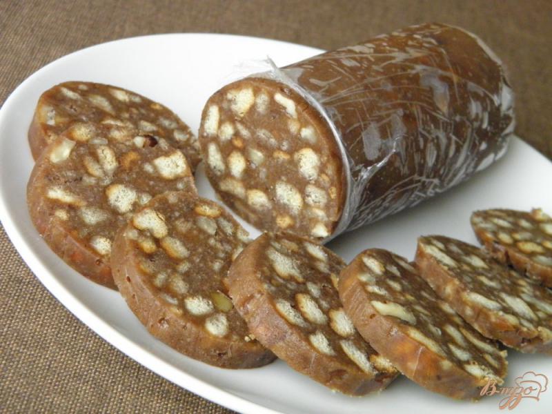 Фото приготовление рецепта: Колбаска сладкая из печенья с орехами шаг №8