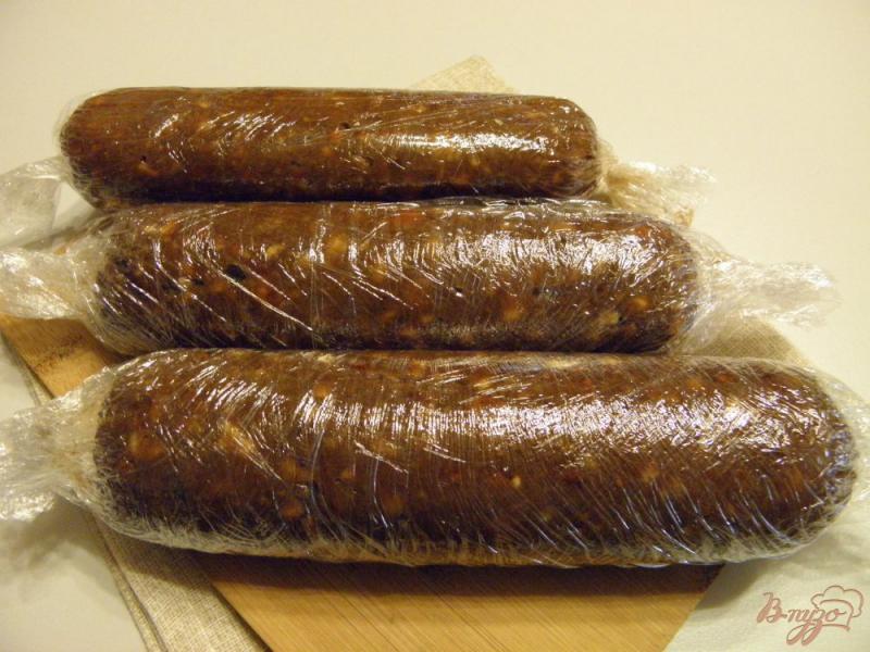 Фото приготовление рецепта: Колбаска сладкая из печенья с орехами шаг №7