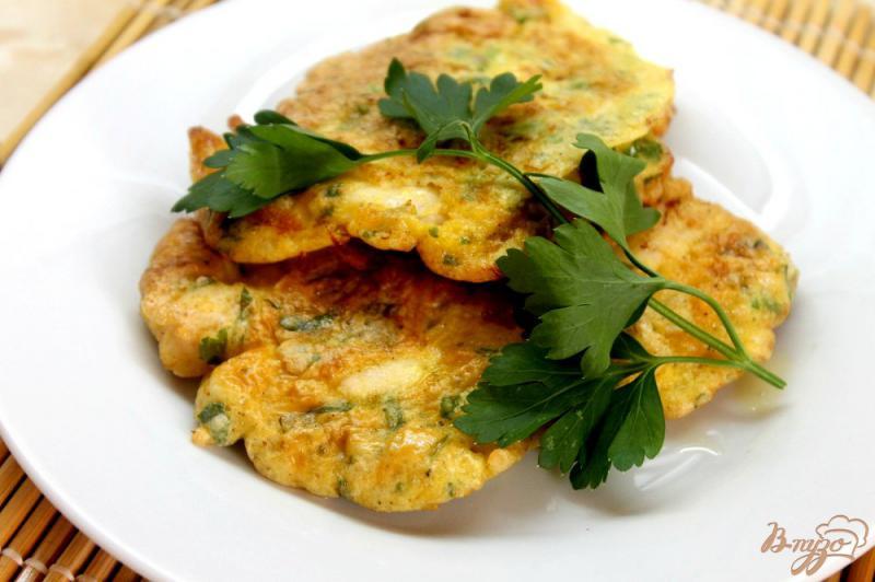 Фото приготовление рецепта: Куриная отбивная в кляре с плавленным сыром и зеленью шаг №6
