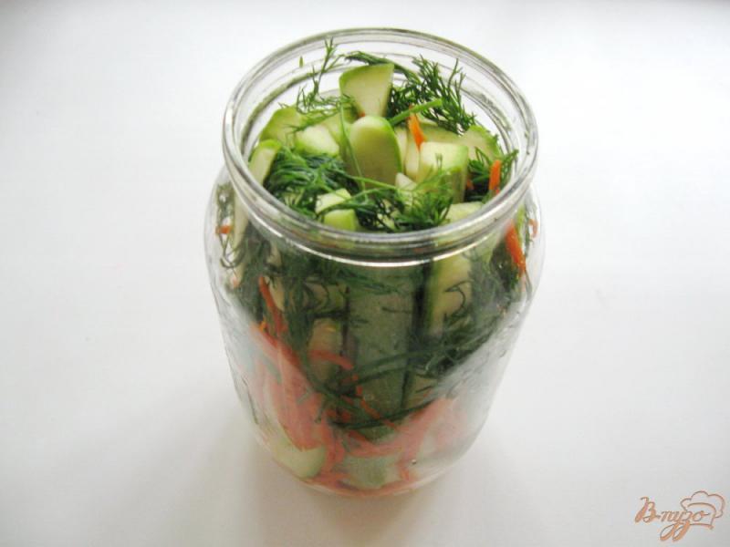 Фото приготовление рецепта: Маринованные кабачки с морковью шаг №8