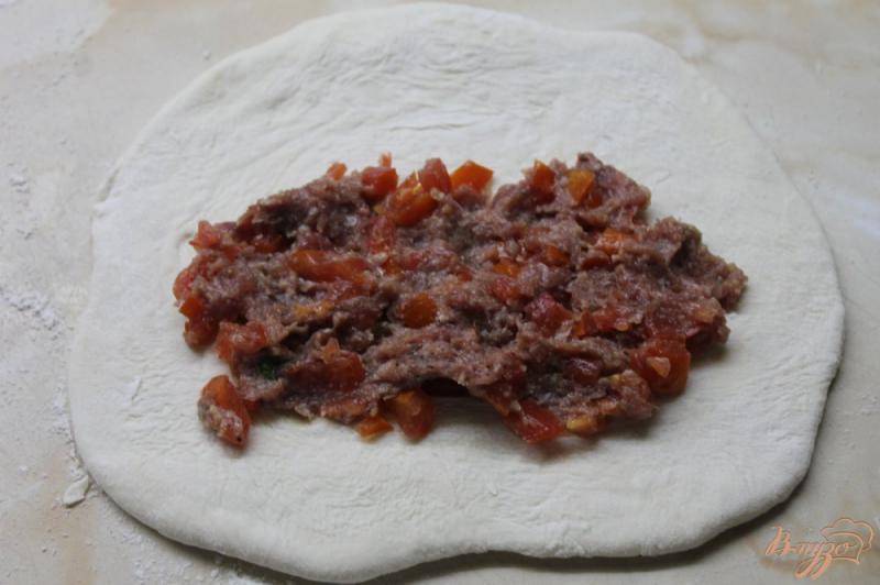 Фото приготовление рецепта: Кутабы с мясом и помидорами шаг №6