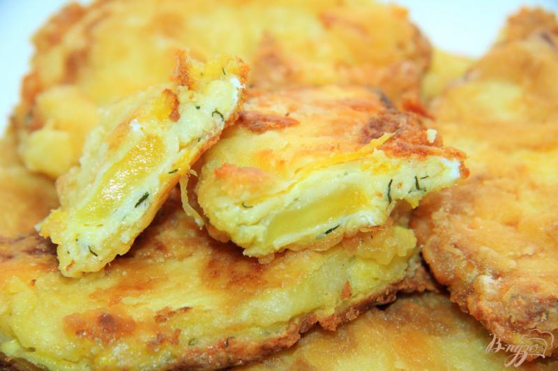 Фото приготовление рецепта: Жареные патиссоны с сыром шаг №7