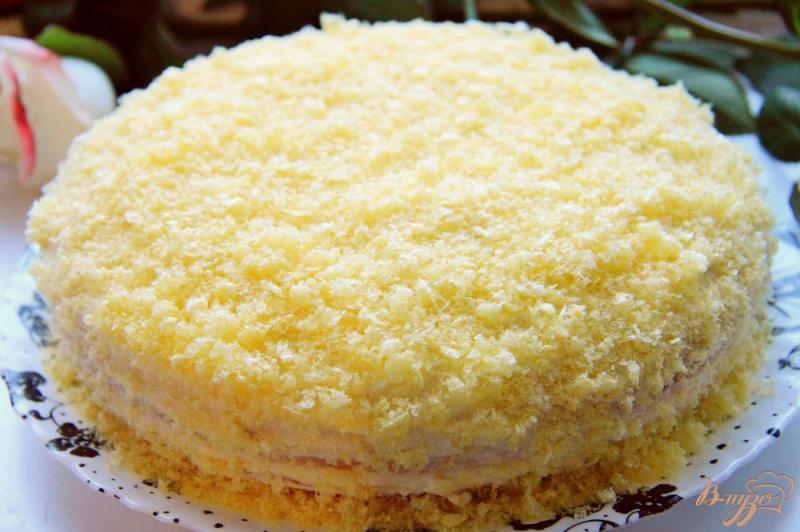 Фото приготовление рецепта: Бисквитный торт с заварным кремом на сгущенке шаг №19