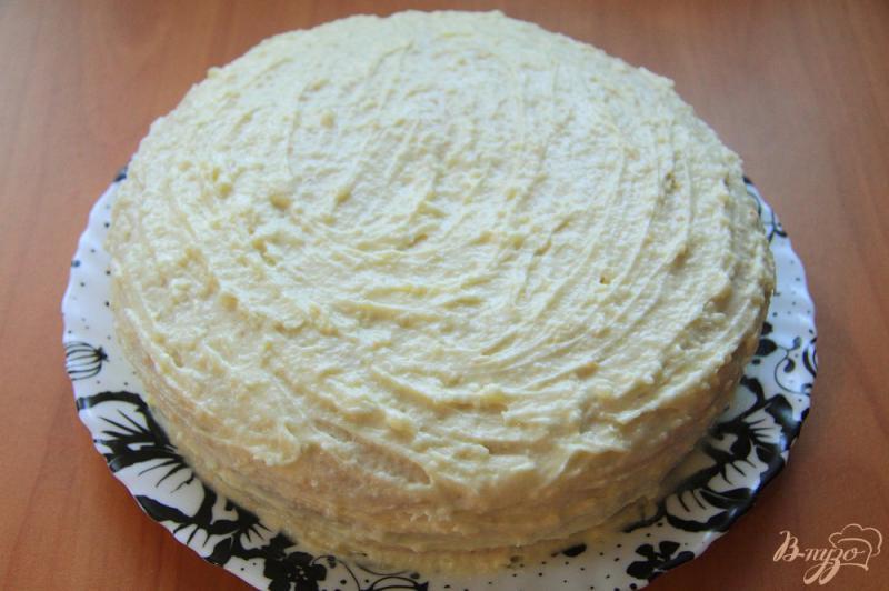 Фото приготовление рецепта: Бисквитный торт с заварным кремом на сгущенке шаг №17