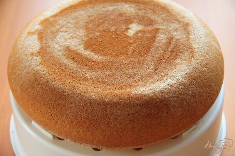 Фото приготовление рецепта: Бисквитный торт с заварным кремом на сгущенке шаг №6