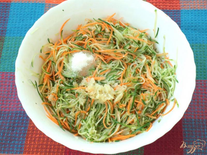 Фото приготовление рецепта: Салат из огурцов по-корейски на зиму шаг №3