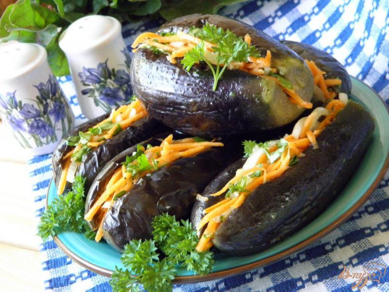 Фото приготовление рецепта: Маринованные синенькие с морковкой шаг №5