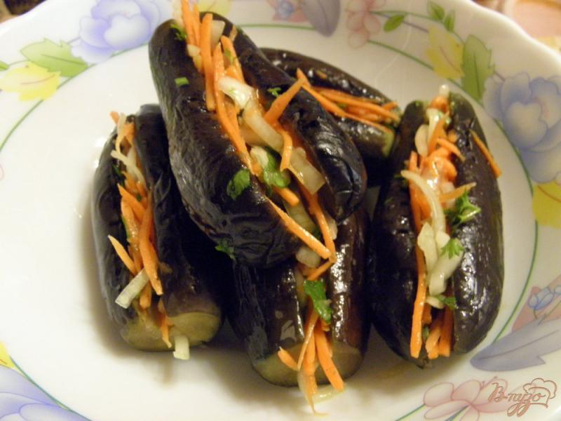 Фото приготовление рецепта: Маринованные синенькие с морковкой шаг №4