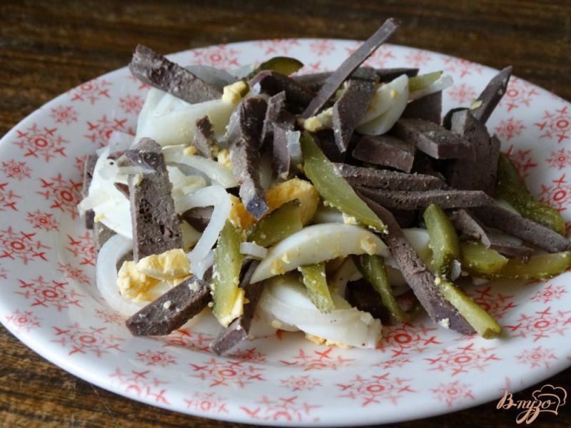 Фото приготовление рецепта: Салат с печенью и солеными огурцами шаг №5