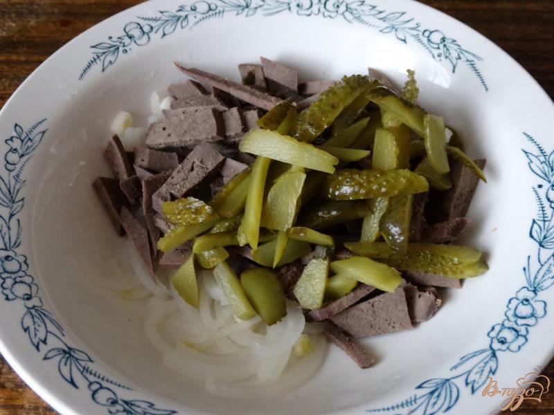 Фото приготовление рецепта: Салат с печенью и солеными огурцами шаг №3