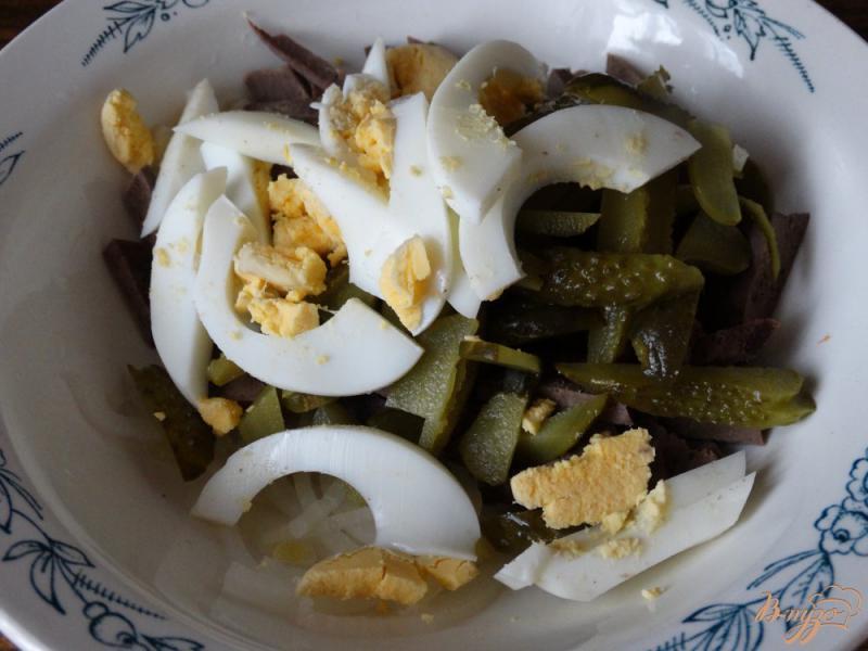 Фото приготовление рецепта: Салат с печенью и солеными огурцами шаг №4