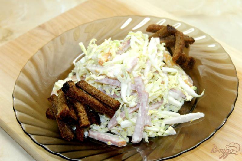 Фото приготовление рецепта: Салат из капусты с ветчиной и сухариками шаг №6