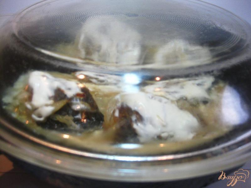 Фото приготовление рецепта: Карась тушеный в сметане шаг №8