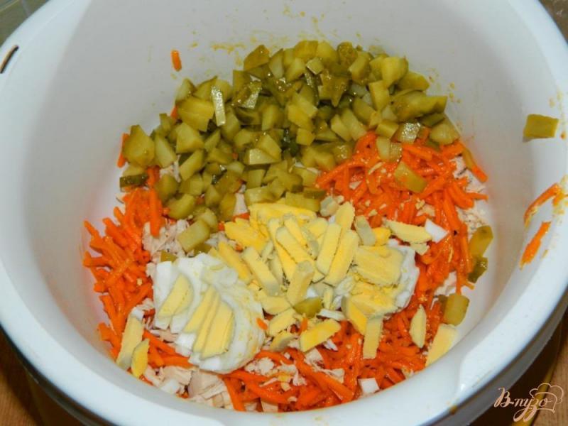 Фото приготовление рецепта: Салат с курицей, маринованными огурцами и морковью по-корейски шаг №3