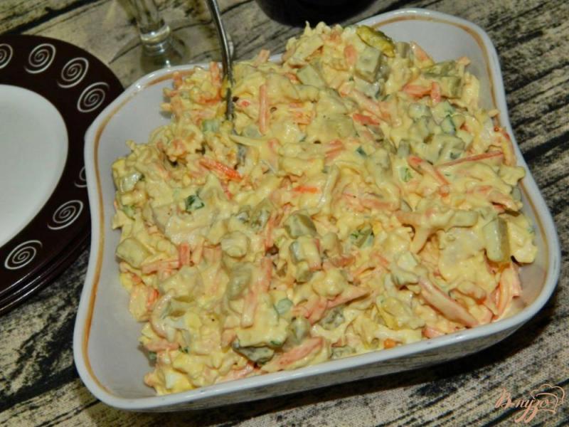 Фото приготовление рецепта: Салат с курицей, маринованными огурцами и морковью по-корейски шаг №6