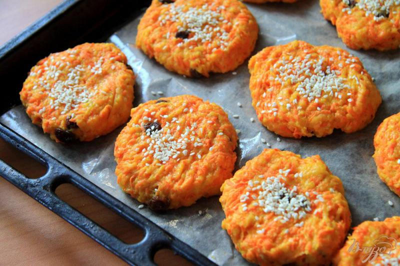 Фото приготовление рецепта: Морковное печенье с изюмом шаг №7