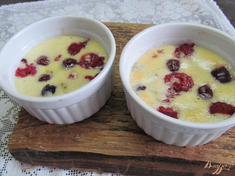 Фото приготовление рецепта: Ягодный сабайон с шампанским и соком лимона шаг №6