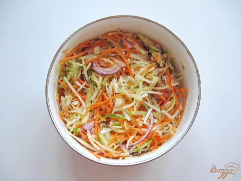 Фото приготовление рецепта: Салат с морковью, огурцом и капустой шаг №5