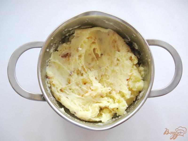 Фото приготовление рецепта: Картофельное пюре с луком и сыром шаг №7