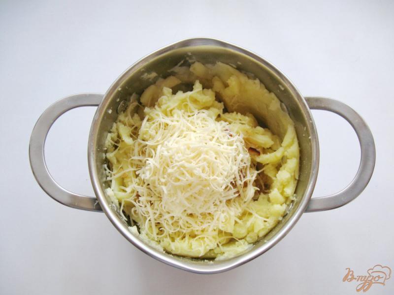 Фото приготовление рецепта: Картофельное пюре с луком и сыром шаг №6