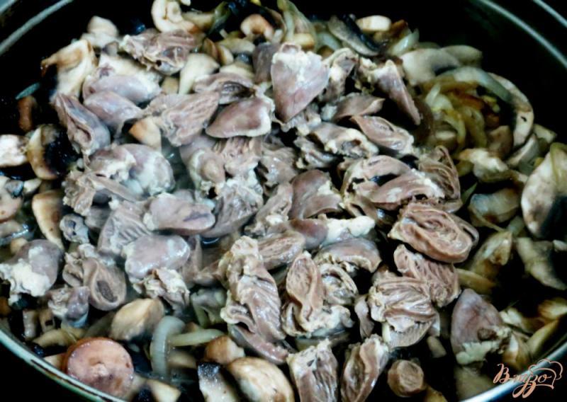 Фото приготовление рецепта: Куриные сердечки с грибами в сметанном соусе шаг №6