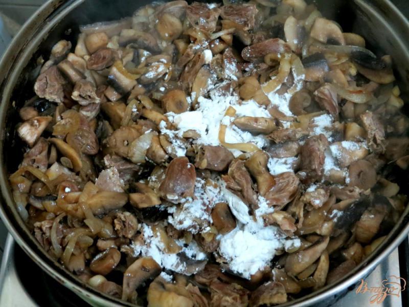 Фото приготовление рецепта: Куриные сердечки с грибами в сметанном соусе шаг №7