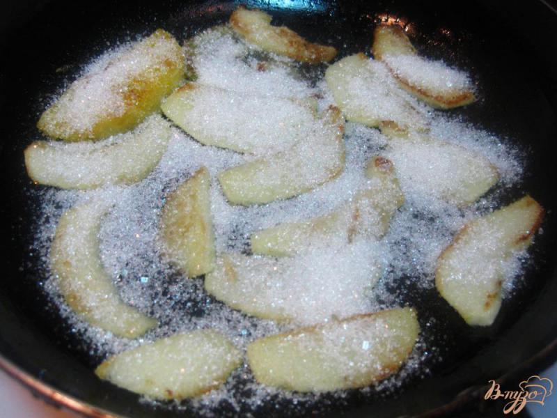 Фото приготовление рецепта: Яблоки карамелизированные с мороженым шаг №4